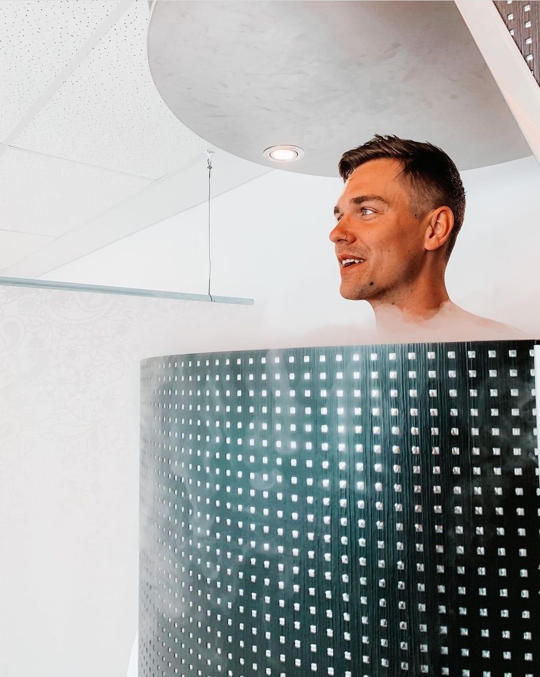 Centre de cryothérapie Appareils Un homme dans une cabine de cryothérapie corps entier